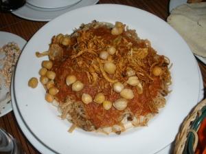 Restaurante Felfela (El Cairo). KOSHARI Capas superpuestas de macarrones, arroz y garbanzos con salsa de tomate / Foto: Ana B. González Carballal