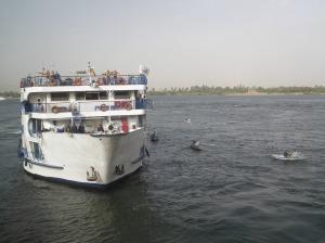 Vendedores acercándose a un crucero en la esclusa de Esna, Egipto / Foto: Ana B. González Carballal