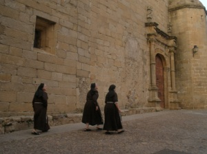 Tres monjas caminando por el Barrio Monumental de Cáceres / Foto: Ana B. González Carballal